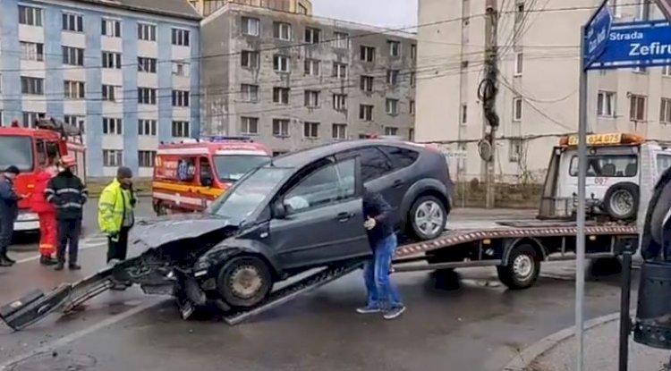 Autospecială a Jandarmeriei, implicată într-un accident rutier produs în Bistrița. Trei jandarmi, la spital