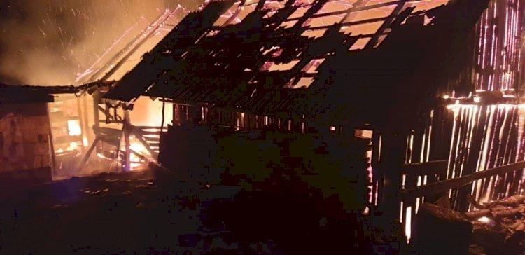 Incendiu puternic în Jelna. Un grajd a fost mistuit de flăcări