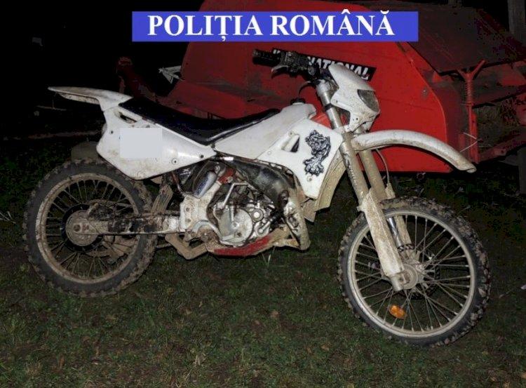 Doi tineri ar fi furat motociclete pe care le-ar fi condus ulterior, fără a avea acest drept